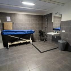 Barrierefreies Sanitär mit Duschliege im Gruppenhaus Moselschleife in Deutschland.